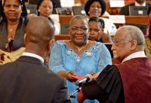 Verónica Macamo (C), é empossada como Presidente da Assembleia da República de Moçambique, durante a cerimónia da tomada de posse do novo Parlamento, em Maputo, Moçambique, 12 de janeiro de 2015. A Assembleia da República de Moçambique toma hoje posse, numa cerimónia que deverá ser marcada pela ausência dos 89 deputados da Renamo, em protesto contra uma alegada fraude eleitoral. ANTÓNIO SILVA/LUSA
