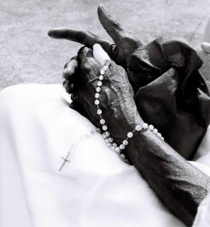 as_maos_a_cruz_e_o_rosario